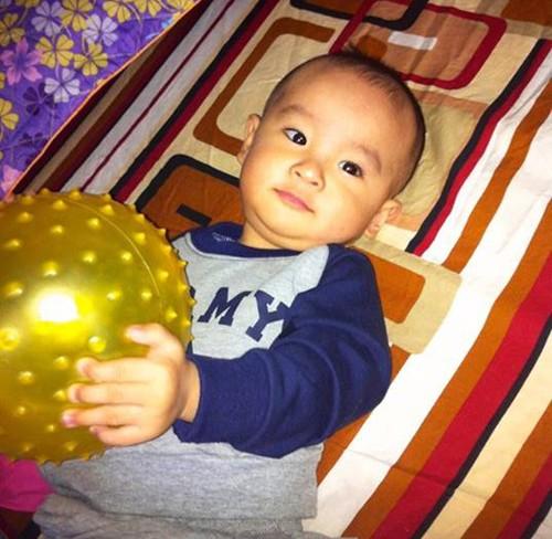"""Bé Quốc Long mới tròn 1 tuổi nhưng sớm """"mê"""" bóng giống bố."""