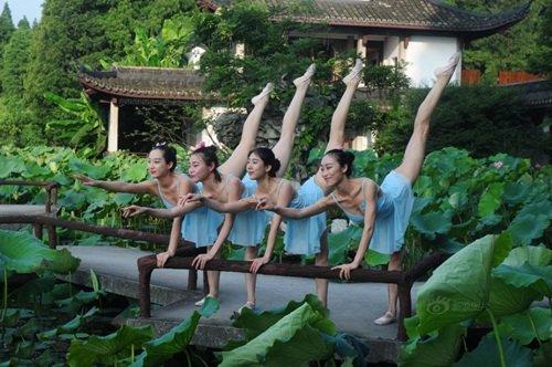 Loạt chân dài nhảy múa ở hồ sen bị dân mạng chỉ trích