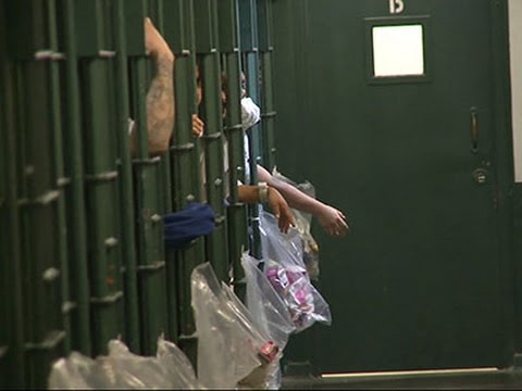 Nhân viên nhà tù dùng gà rán để trao đổi với nữ phạm nhân - Ảnh 2.