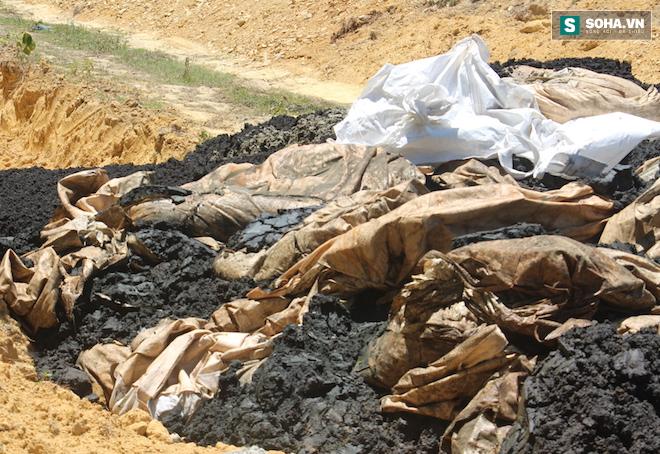 Đang lấy mẫu phân tích 100 tấn chất thải của Formosa chôn trong trang trại GĐ môi trường - Ảnh 2.