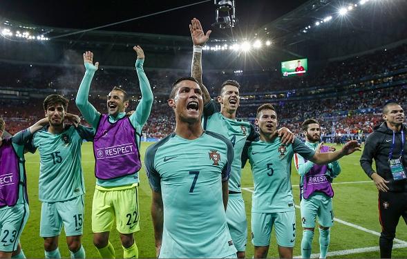 Bồ Đào Nha 2-0 Wales: Phi thường, Ronaldo!