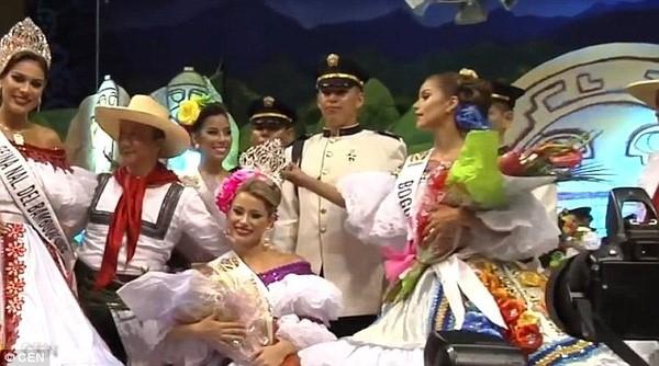 Á hậu vô duyên giật vương miện trên đầu Hoa hậu và cái kết đắng - Ảnh 2.