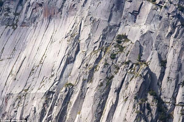 Đố bạn nhìn ra người leo núi trong ảnh.