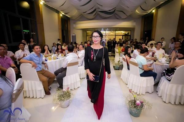 Chị Nguyệt bước lên sân khấu đầy tự tin và hạnh phúc trong đám cưới người con trai chuyển giới của mình.