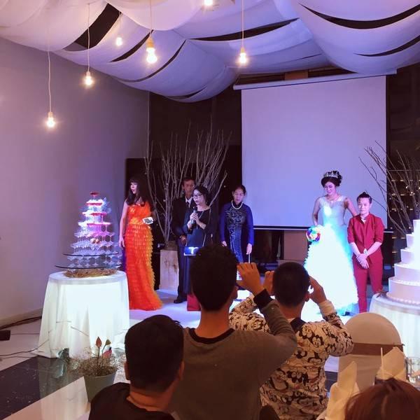 Chị Nguyệt thay mặt họ nhà trai gửi lời cảm ơn đến đông đảo khách mời đến tham dự lễ cưới của con chị.