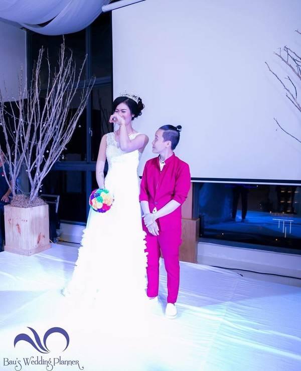 Bích Hà xúc động và bật khóc vì đã được mặc áo cô dâu như bấy lâu nay mình mong ước.