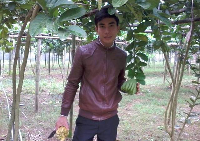 Phạm Văn Xoa bên vườn phật thủ của mình.