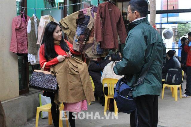 Sau khi chào hỏi các thành viên trong đoàn, Trương Phương nhanh chóng nhận và trang phục để chuẩn bị cho cảnh quay đầu tiên trong ngày.