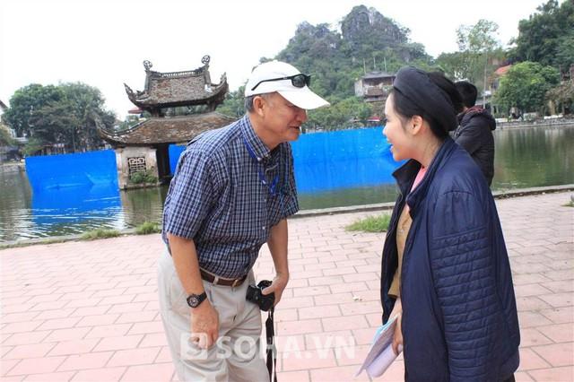 1 khách du lịch theo dõi Trương Phương từ đầu buổi quay tiến tới chào và xin phép chụp ảnh cùng cô. Nữ diễn viên vui vẻ tiếp lời và trò truyện với ông.