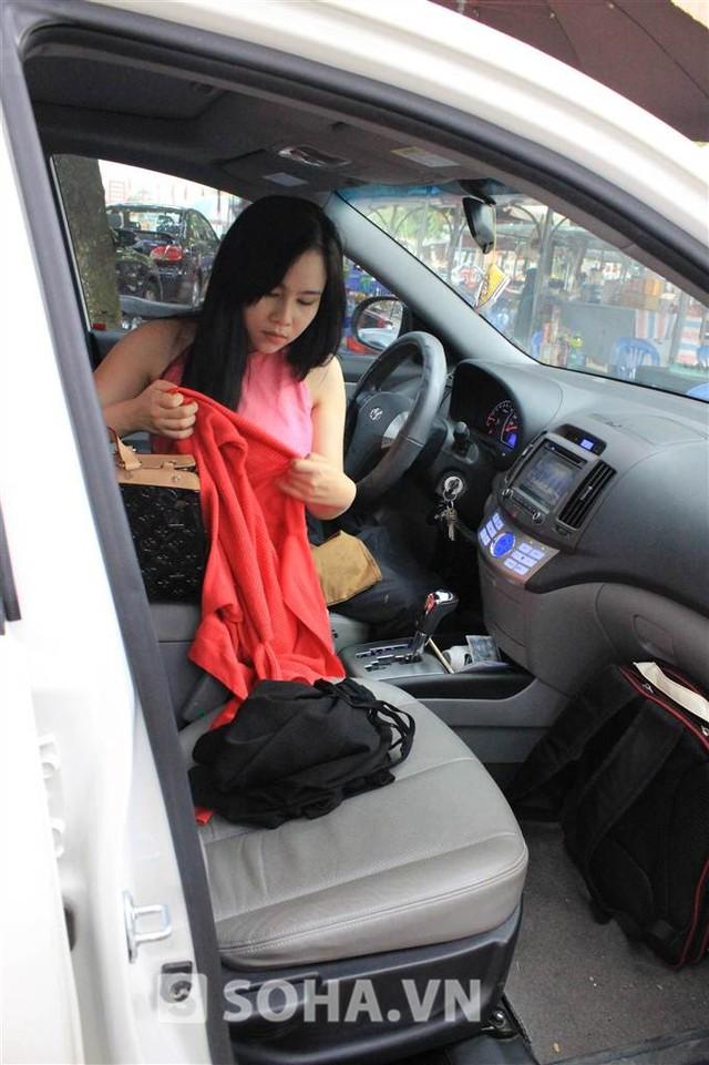 Hết giờ quay buổi sáng, Trương Phương cũng hết cảnh quay. Cô thay đồ luôn trên xe và vội vã trở về Hà Nội.