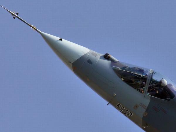 Chiến đấu cơ thế hệ thứ 5 duy nhất đang tham gia vào các hoạt động huấn luyện là F-22 và F-35 của quân đội Mỹ. Trong khi đó, Sukhoi T-50 của Nga vẫn trong giai đoạn phát triển và thử nghiệm. Để lấp khoảng trống này, Nga đã nâng cấp chiến đấu cơ thế hệ thứ 4 thành thế hệ 4++  Su-35 để cạnh tranh với chiến đấu cơ thế hệ thứ 5 của Mỹ.