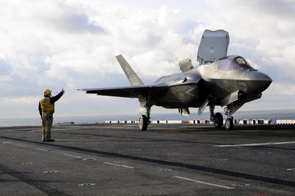 Trong khi đó, chiến đấu cơ F-35 của Mỹ sở hữu một số tính năng mà Su-35 còn thiếu, nhưng chiến đấu cơ thế hệ thứ 5 của Mỹ vẫn còn nhiều vấn đề về kỹ thuật cần giải quyết trước khi có thể tham gia hoạt động chiến đấu.