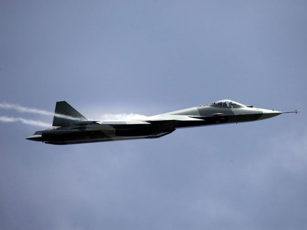 Su-35 có thể đạt tốc độ tối đa mach 2,5 (tương đương 3.062 km/ giờ) với tầm hoạt động hơn 3.000 km, trong khi, F-35 của Mỹ chỉ có thể đạt tốc độ tối đa 1.931 km/giờ và tầm hoạt động 2.220 km.