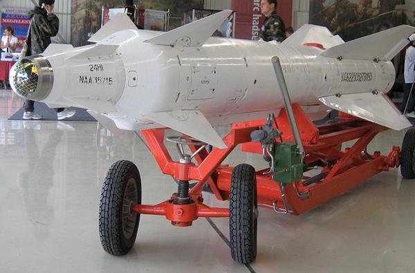 Các máy bay chiến đấu Không quân Nhân dân Việt Nam chủ yếu sử dụng tên lửa Kh-29 và Kh-31 cho nhiệm vụ chống tàu mặt nước. Trong đó, tên lửa Kh-29 (ảnh) tuy được thiết kế chủ yếu cho vai trò tấn công mục tiêu mặt đất nhưng khi cần nó có thể dùng để tiêu diệt tàu có lượng giãn nước 10.000 tấn. Ảnh minh họa