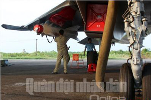 Kh-29 hiện tại chỉ có thể phóng từ máy bay cường kích Su-22M4 và tiêm kích đa năng Su-30MK2 của Việt Nam. Trong ảnh là các kỹ thuật viên của không quân Việt Nam đang lắp Kh-29 lên giá treo Su-30MK2. Nguồn: báo QĐND