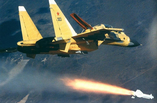 Tên lửa Kh-29 lắp đầu tự dẫn laser bán chủ động hoặc đầu tự dẫn truyền hình, tầm bắn 10-12km, lắp đầu đạn thuốc nổ nặng gần 700kg. Trong ảnh là một chiếc Su-30MK của Nga phóng tên lửa Kh-29. Ảnh minh họa