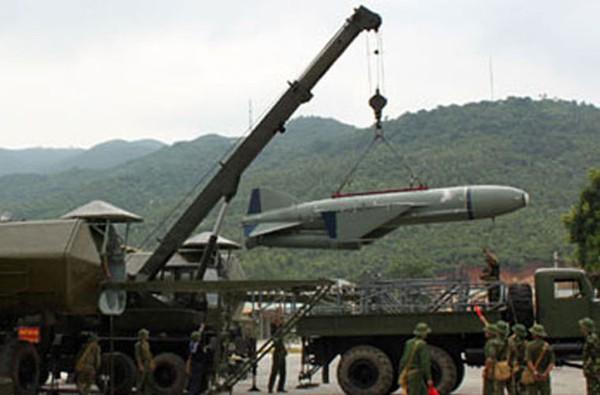 Đối với lực lượng Hải quân Nhân dân Việt Nam thì có trong trang bị nhiều loại tên lửa chống tàu. Đầu tiên là tên lửa hành trình chống tàu cận âm P-15 Termit (NATO định danh là SS-N-2) do Liên Xô sản xuất. P-15 Termit lắp đầu đạn thuốc nổ nặng tới 454kg, tầm bắn 80km, tốc độ hành trình cận âm. Ảnh minh họa