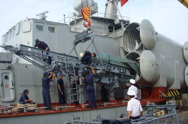 Tên lửa P-15 Termit trang bị trên nhiều phương tiện chiến đấu của Hải quân Nhân dân Việt Nam. Trong ảnh là bộ đội hải quân đang triển khai nạp đạn P-15 Termit lên bệ phóng tổ hợp tên lửa phòng thủ bờ biển 4K51 Rubezh.