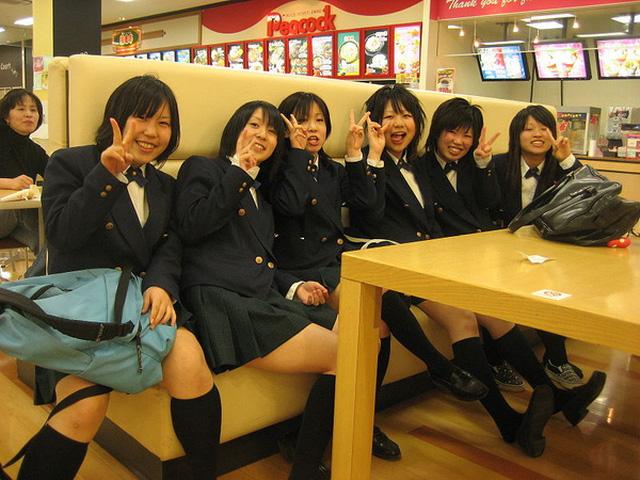 Tìm hiểu vì sao nữ sinh Nhật Bản phải mặc váy ngắn đi học