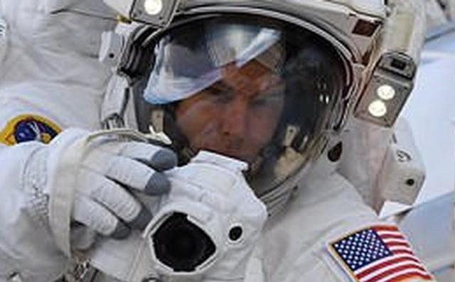 """Bỏ quên thẻ nhớ camera trên trái đất, phi hành gia bảo NASA: """"Tôi sẽ về lấy sau"""""""