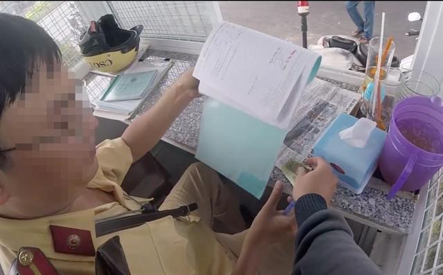 """CSGT Hàng Xanh lên tiếng vụ nghi CSGT nhận """"mãi lộ"""" 200.000 đồng 1"""