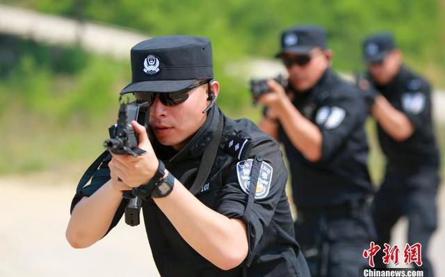 Bị vây bắt, tướng cấp cao TQ rút súng, xua vệ sĩ, thả chó Ngao chống cự quyết liệt