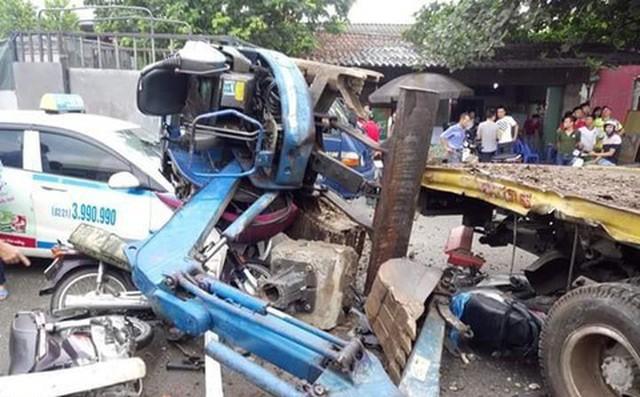 Tàu hỏa tông xe cứu hộ chở máy xúc gây tai nạn liên hoàn, 3 người người nguy kịch 1