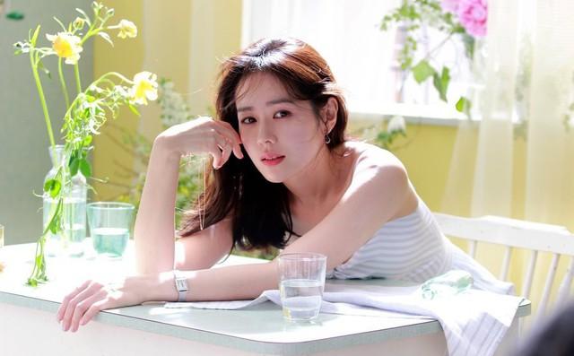 Hình hậu trường của Son Ye Jin chứng minh: Đã là tường thành nhan sắc thì bất chấp, không cần photoshop