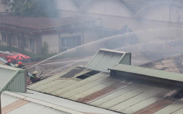 Hiện trường vụ cháy kho xưởng, khói đen bao phủ một vùng ở Sài Gòn