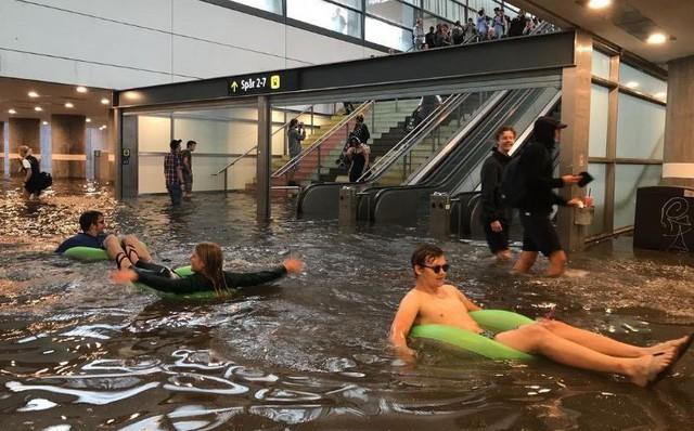 """24h qua ảnh: Nhà ga biến thành """"hồ bơi công cộng"""" sau mưa lớn ở Thụy Điển"""