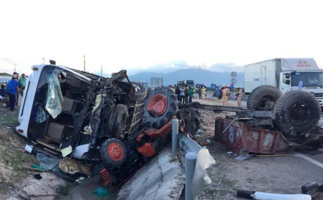 Xe tải va chạm với máy cày, 22 người thương vong 1