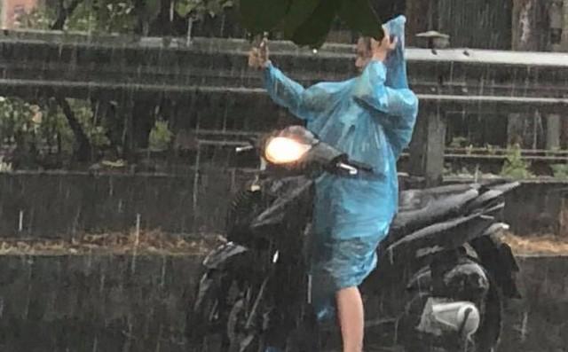 Xuất hiện 10 phút, hơn 1000 bình luận: Bức ảnh độc chỉ có trong cơn mưa Hà Nội chiều nay