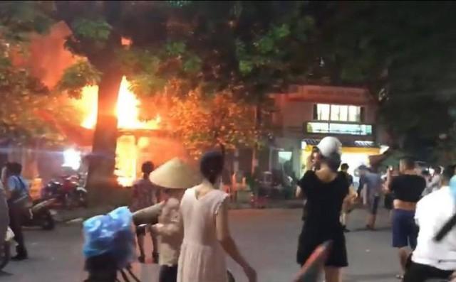 Quán bia trên phố Quán Sứ bốc cháy dữ dội, thực khách nhảy từ tầng 2 xuống đất thoát thân 1
