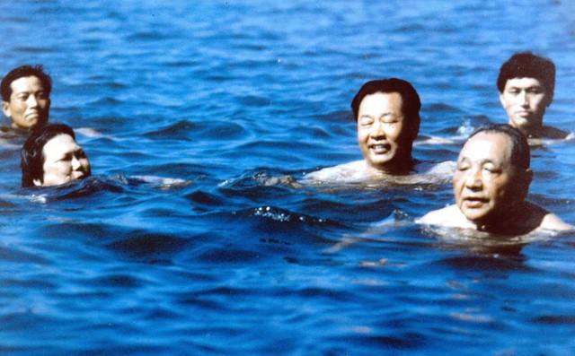 Bí mật Bắc Đới Hà: Cảnh vệ bơi kè sát và tạo thành vòng tròn trên biển bảo vệ nguyên thủ 1