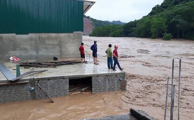 Chủ tịch TP Vinh và đoàn cán bộ đi du lịch đúng thời điểm bão vào:
