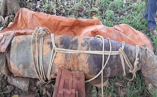 Lũ rút, người dân phát hiện quả bom 1 tấn trồi lên mặt đất 1