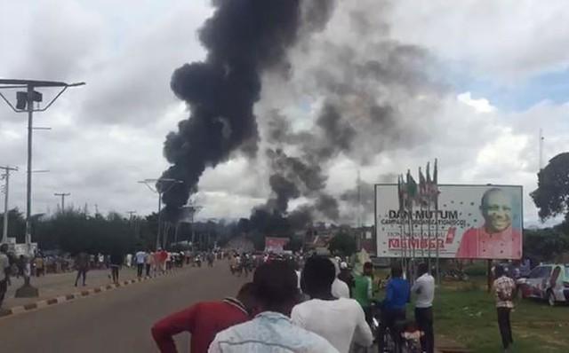 Tò mò xem nổ xe chở xăng, hơn 135 người thương vong 1