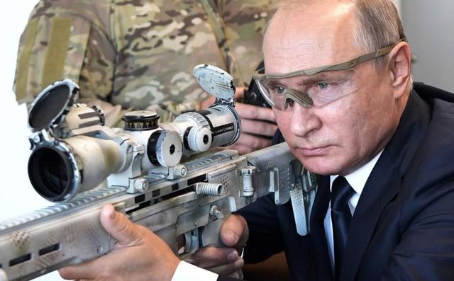 24h qua ảnh: Tổng thống Putin trổ tài sử dụng súng bắn tỉa