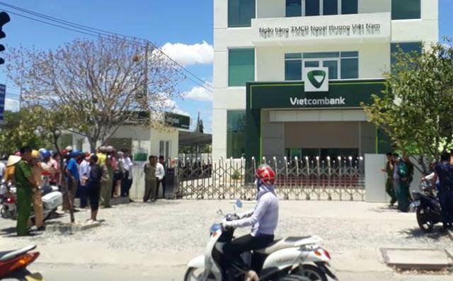 2 thanh niên cầm súng xông vào cướp ngân hàng Vietcombank ở Khánh Hòa 1