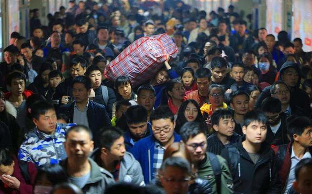 24h qua ảnh: Hàng triệu người Trung Quốc hối hả chờ tàu về quê ăn Tết