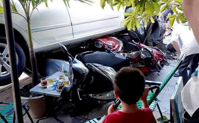 Lùi xe vụng về cuốn 4 xe máy vào gầm, người phụ nữ hoảng sợ chạy về nhà