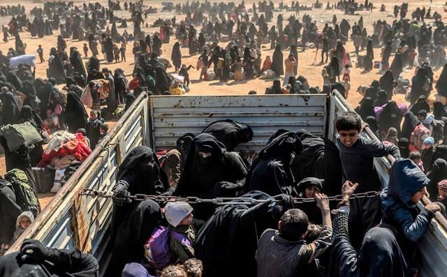 24h qua ảnh: Phụ nữ và trẻ em tháo chạy khỏi thành trì cuối cùng của IS