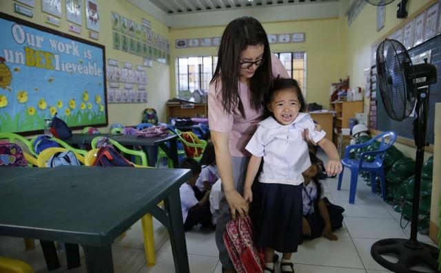 24h qua ảnh: Cô giáo dỗ học sinh trong ngày đầu tới trường