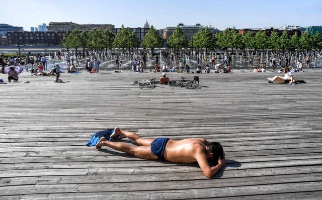 7 ngày qua ảnh: Người dân Nga tắm nắng cạnh đài phun nước ở Moscow khi nhiệt độ tăng cao