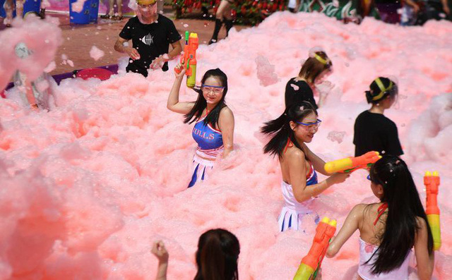 24h qua ảnh: Các cô gái chơi đùa trong bể nước ớt cay ở Trung Quốc