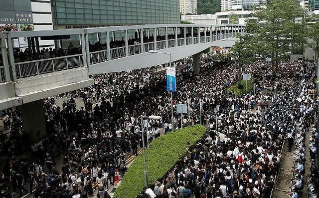Người biểu tình Hong Kong vây kín các văn phòng chính phủ