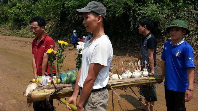 Nhức lòng đám tang tập thể vụ ô tô Innova bị lũ cuốn ở Nghệ An