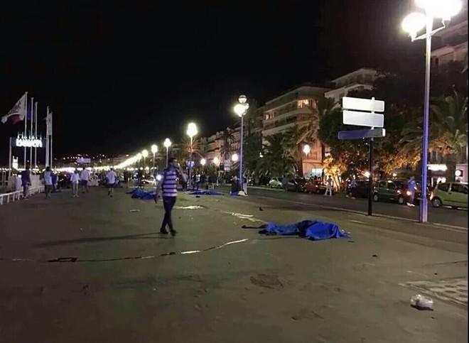 Pháp: Xe tải tấn công, xả súng vào đám đông đúng ngày Quốc khánh - Ảnh 2.