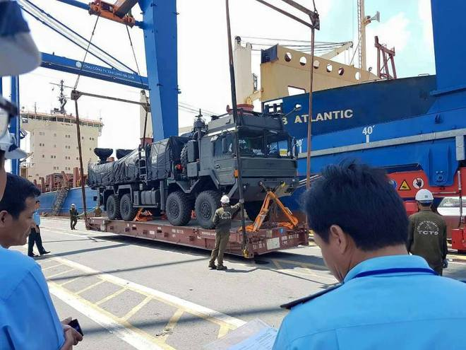 Tính năng ưu việt của xe đầu kéo hạng nặng vừa cập cảng Việt Nam - Ảnh 2.