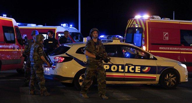 Pháp: Xe tải tấn công, xả súng vào đám đông đúng ngày Quốc khánh - Ảnh 3.